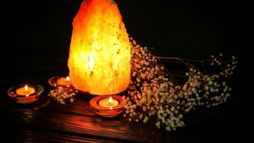 Utiliser des cristaux et des lampes de sel